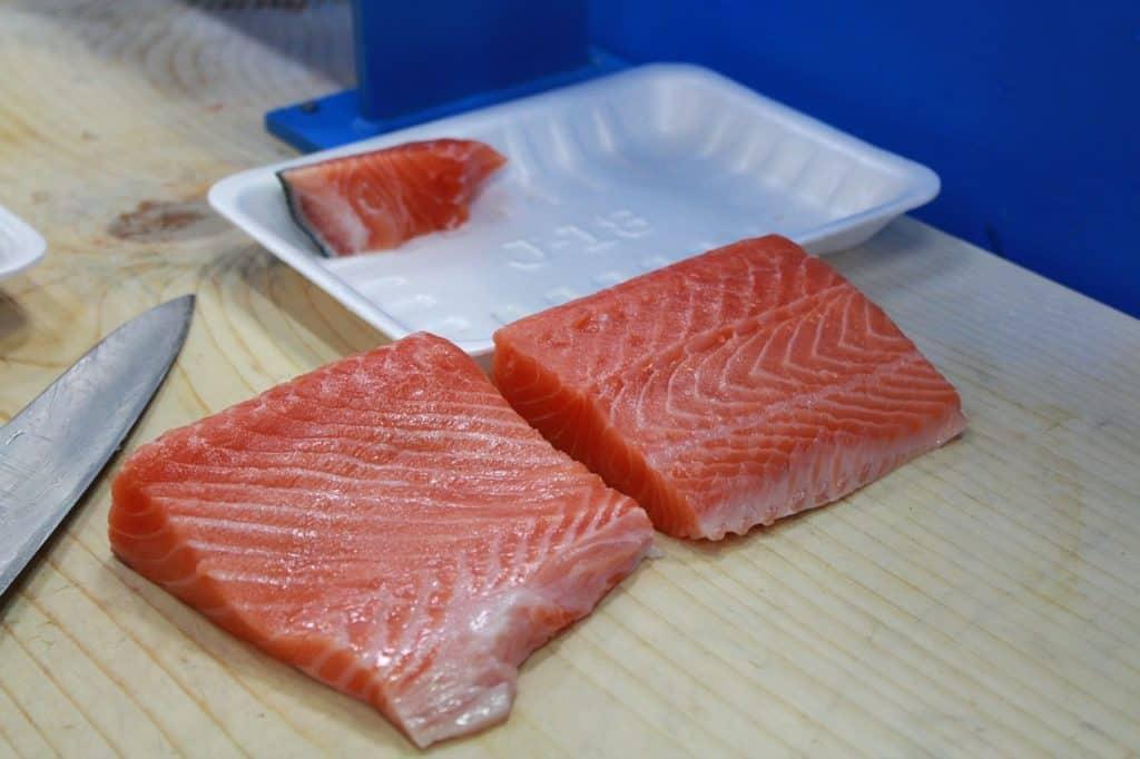 porciones de salmón fresco