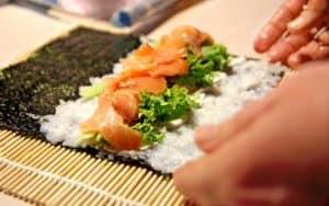 sushi roll de salmón