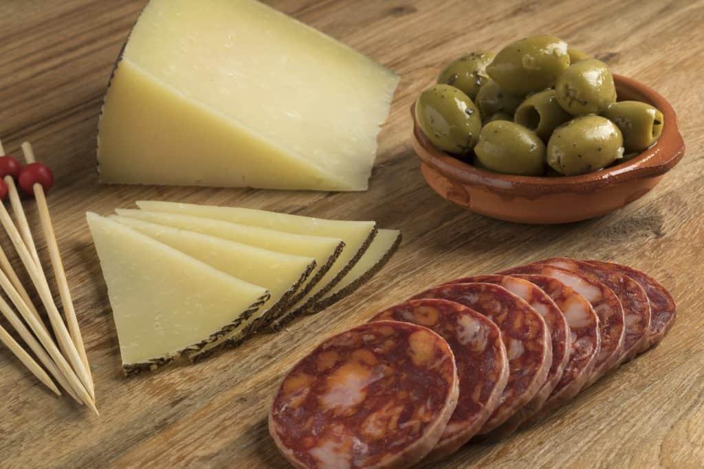 Tapas españolas tradicionales con salame y queso manchego