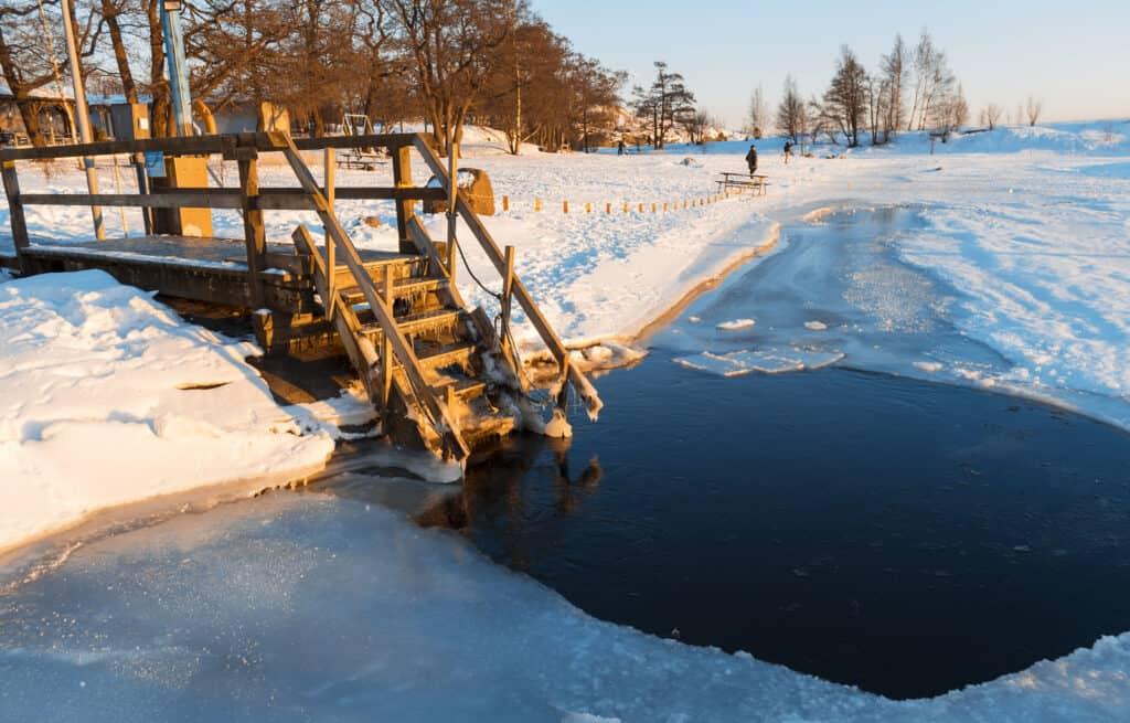 Nadar en agujero en el hielo luego del sauna es una costumbre Sueca y de otras partes de Europa del Este y Norte