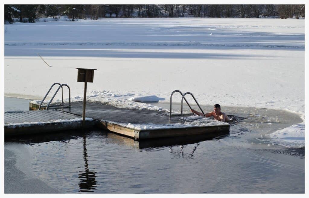 Nadar en invierno en Suecia, desnudos en el hielo o agua fría después del sauna