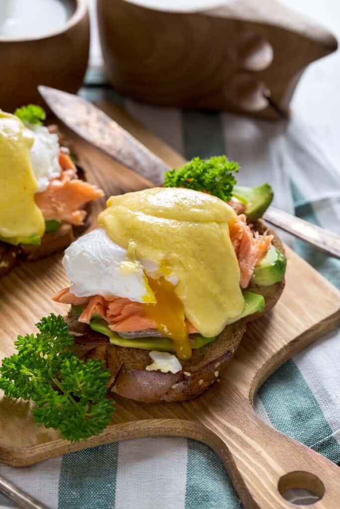 salmón ahumado y huevos benedictos