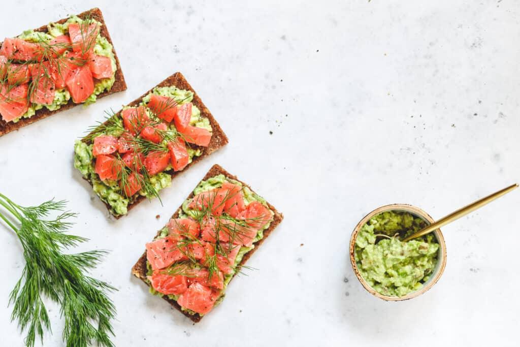 bruschettas de salmón ahumado y avocado