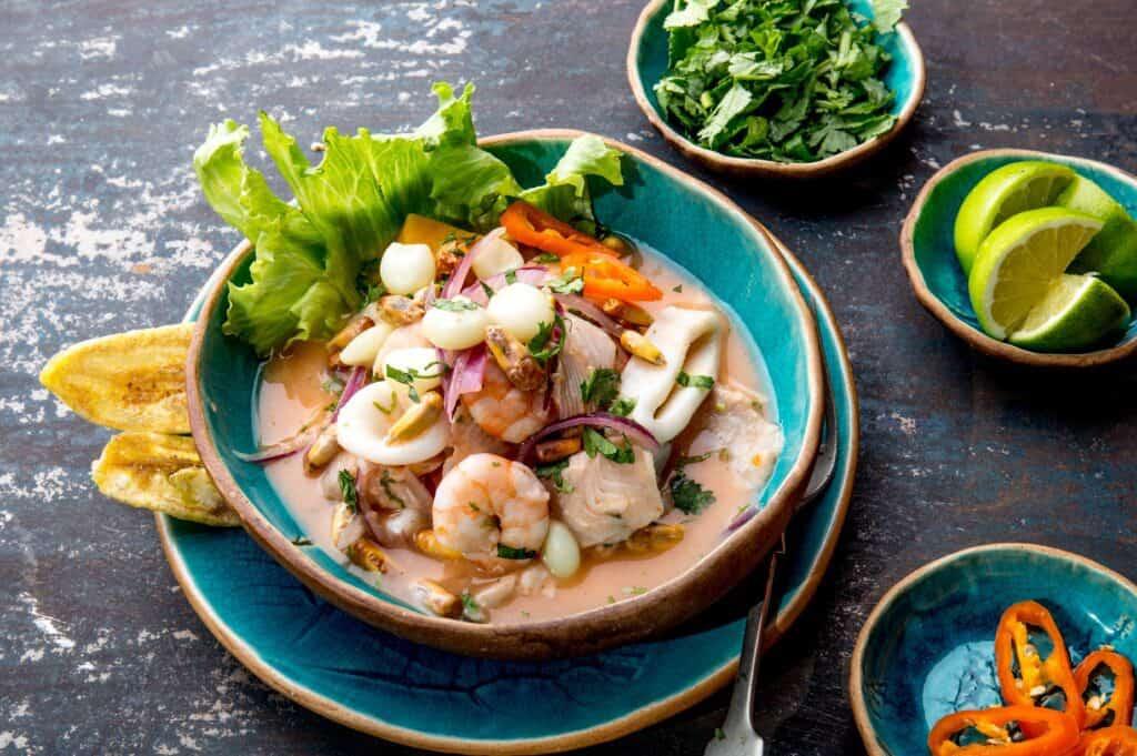 Ceviche peruano de pescados y mariscos