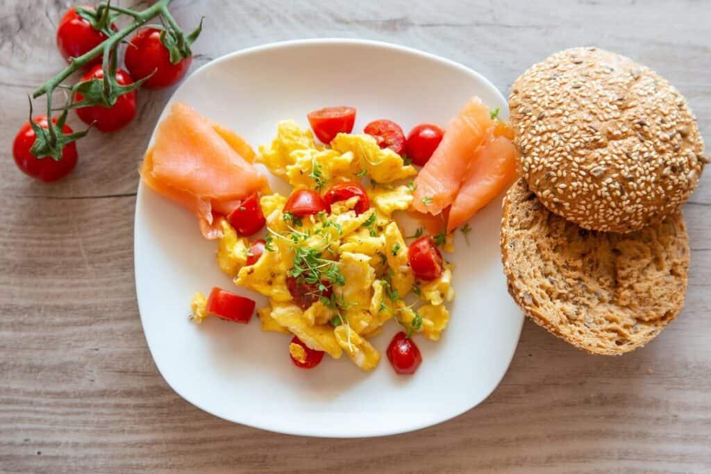 desayuno con salmón y huevos